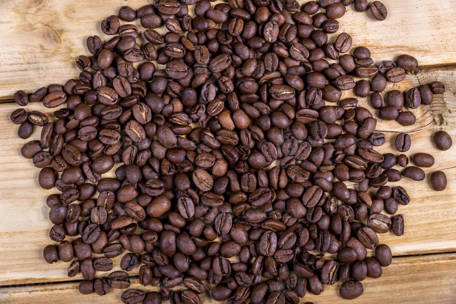 chicchi di caffè sul tavolo di legno foto