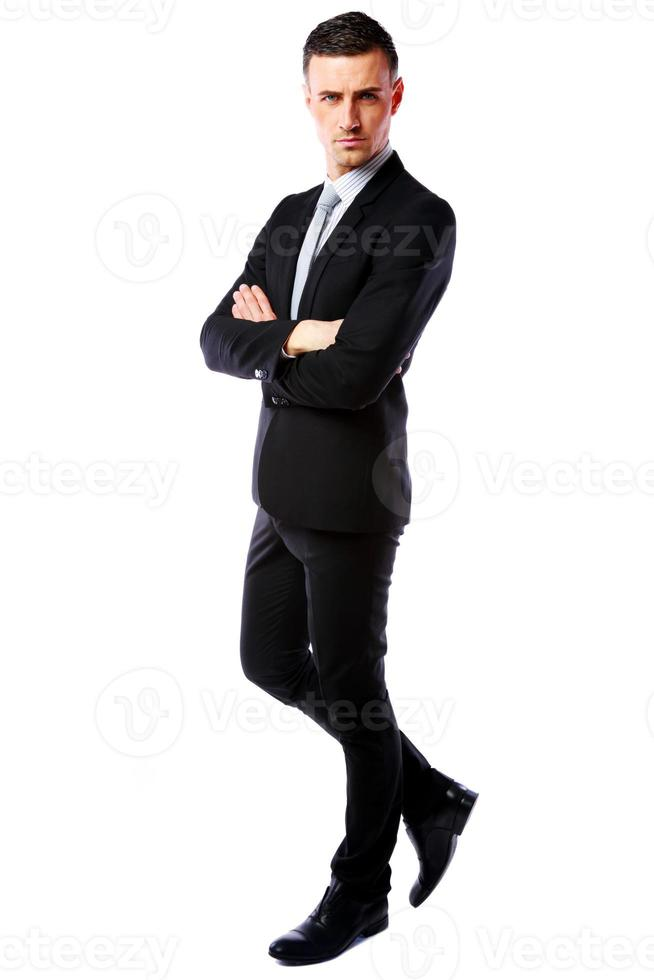 uomo d'affari con le braccia conserte a piedi foto
