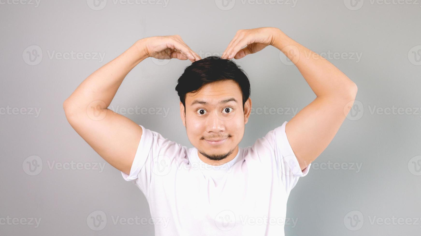 posa coreana del segno di amore. foto