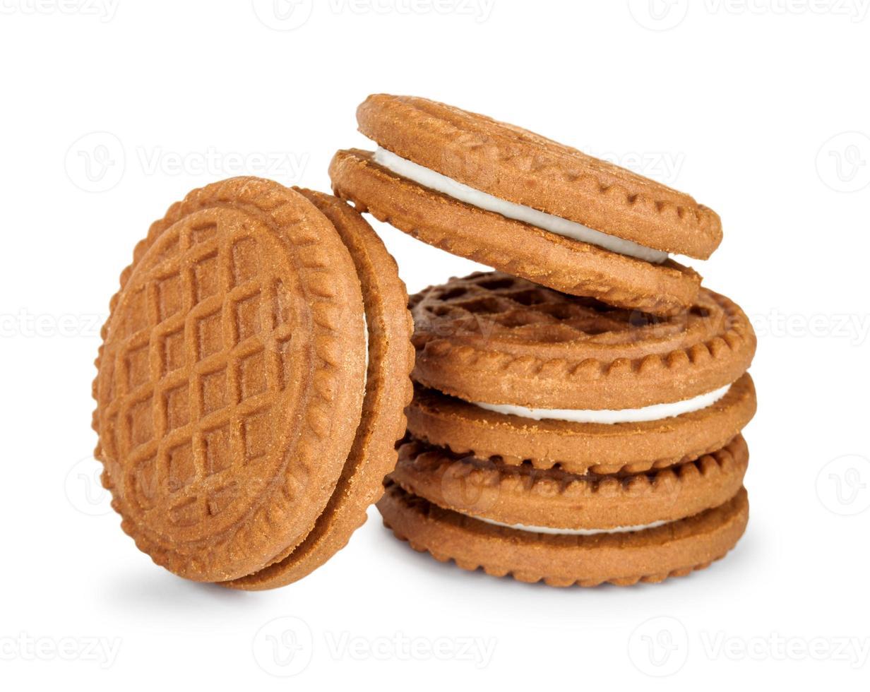 pila di biscotti con crema isolata su fondo bianco foto