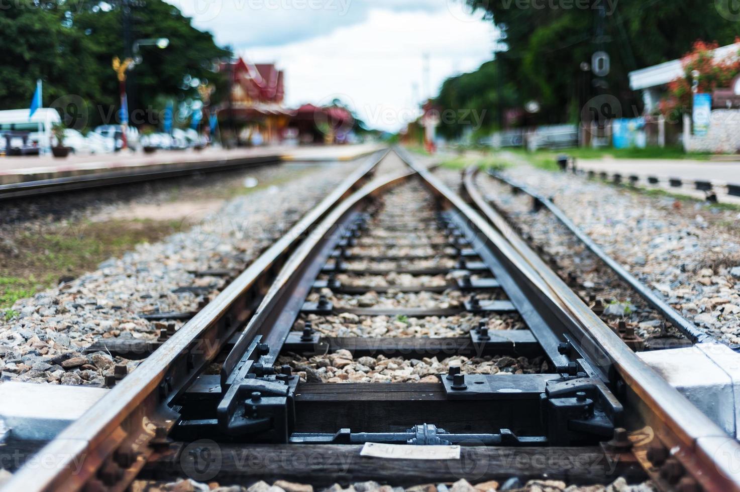 binario della ferrovia vecchia linea con pietra foto