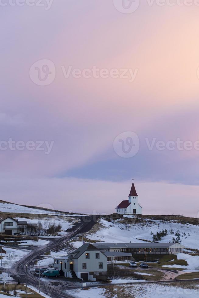 chiesa sulla collina di vik, islanda durante il tramonto foto