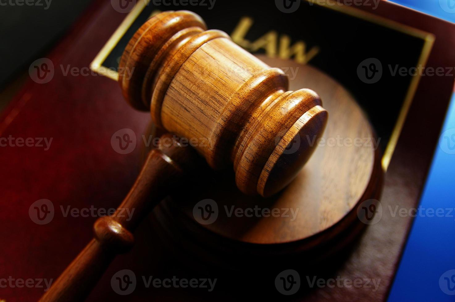 libro di legge e martelletto foto