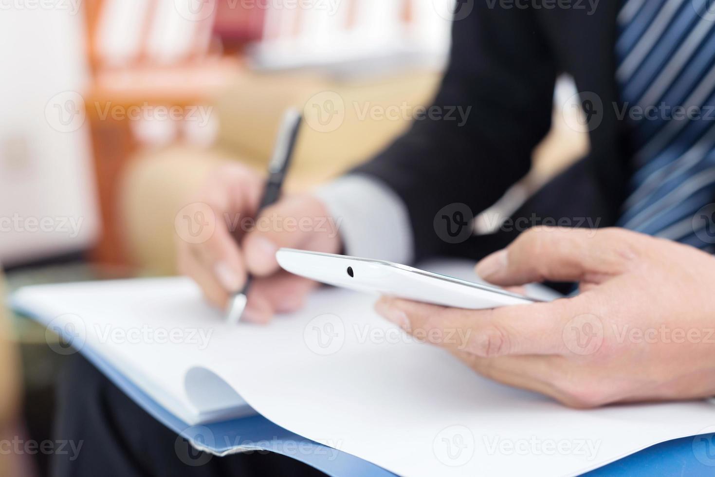 vicino dell'uomo d'affari che firma un contratto foto