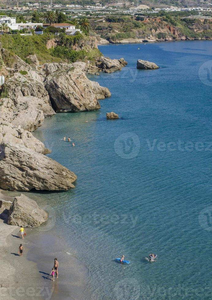 spiaggia rocciosa di Nerja foto