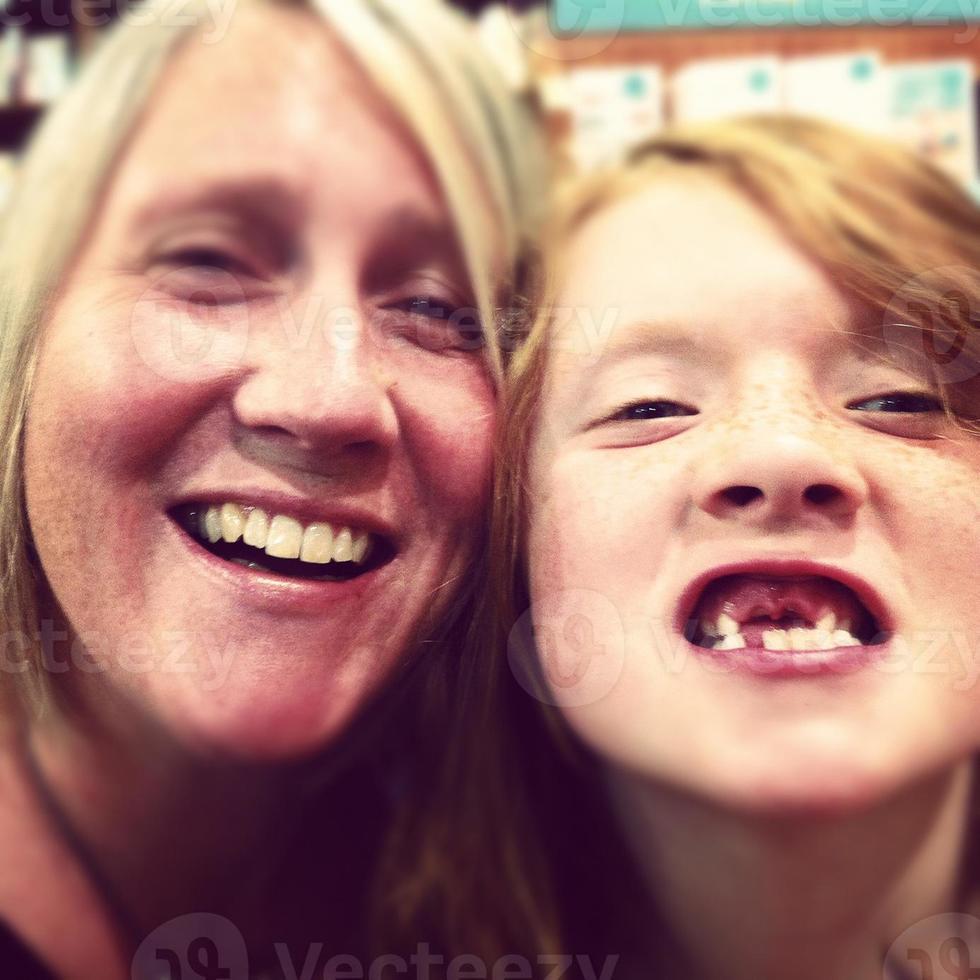 Foto di instagram di mamma e figlio di mobilestock