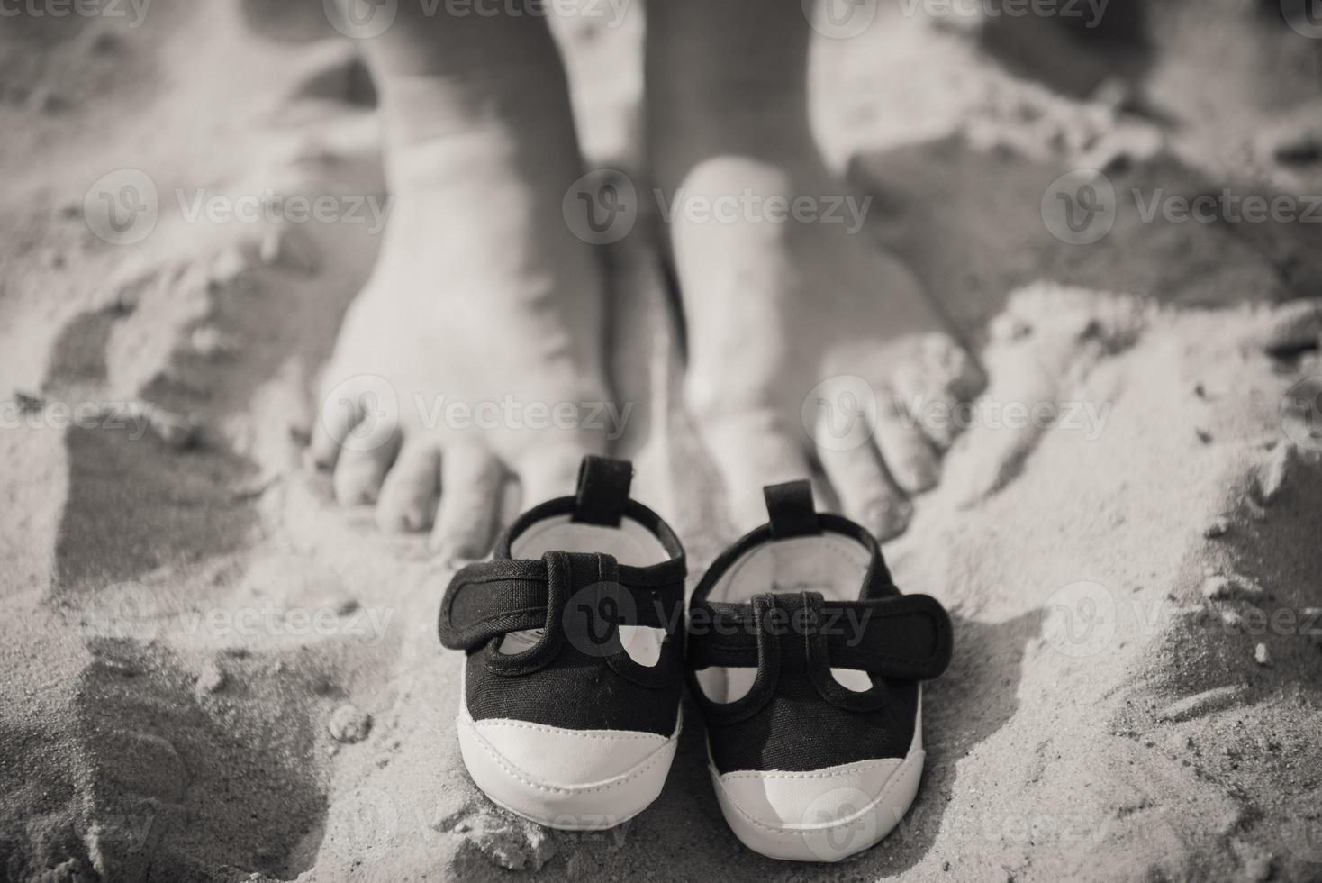 scarpe per bambini e piedi di mamma. foto