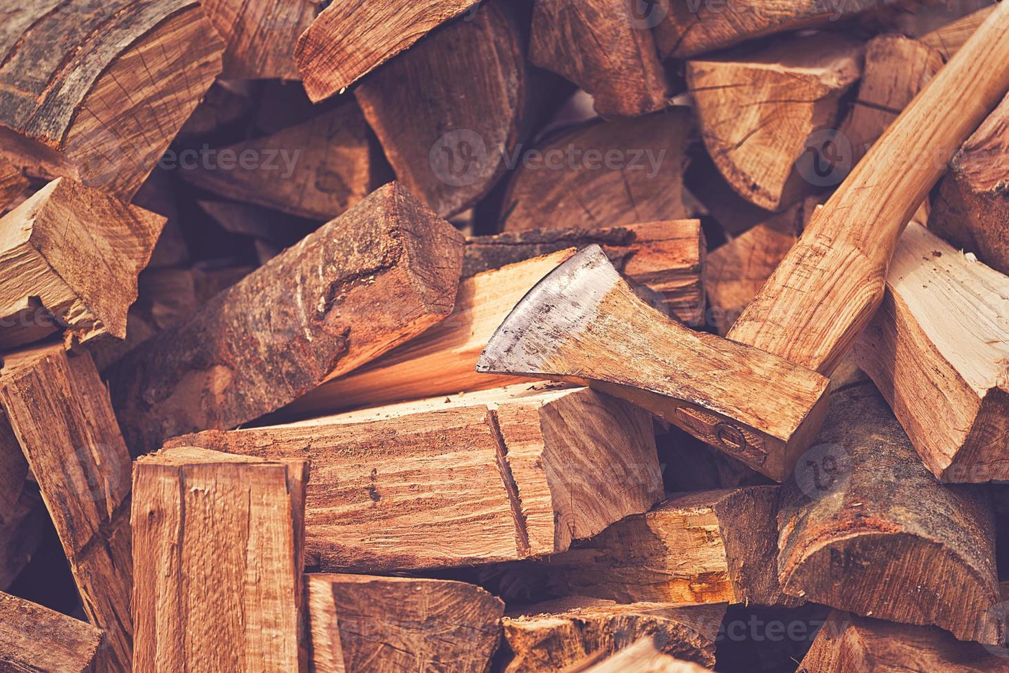 ascia di ascia e tronchi di legno a spacco foto