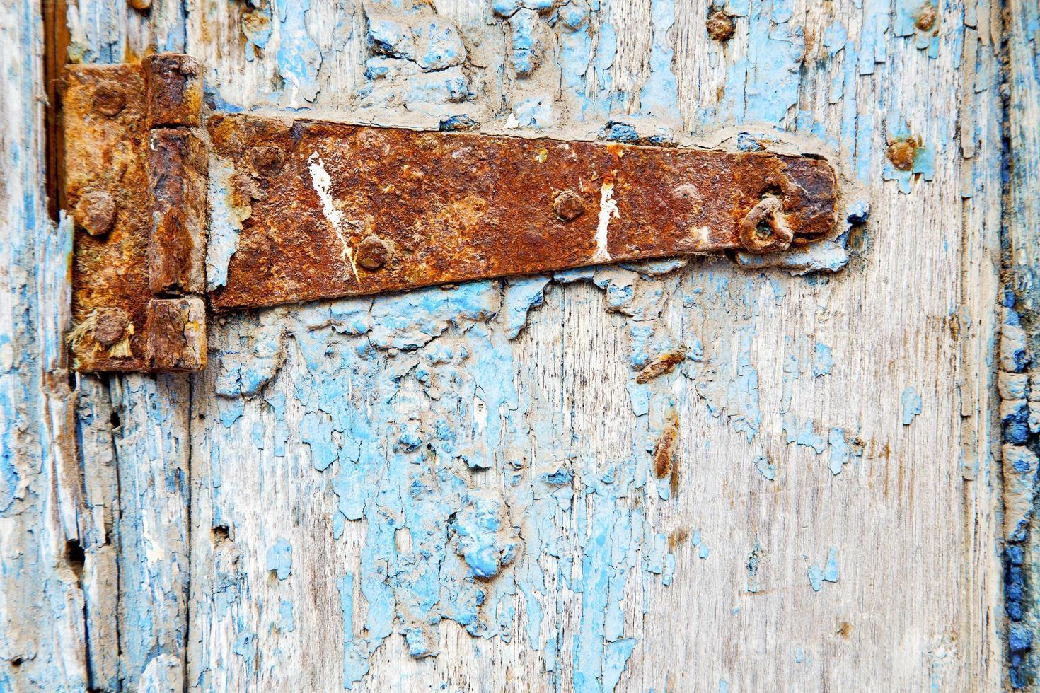 Marocco nella vecchia facciata in legno casa e lucchetto sicuro arrugginito foto