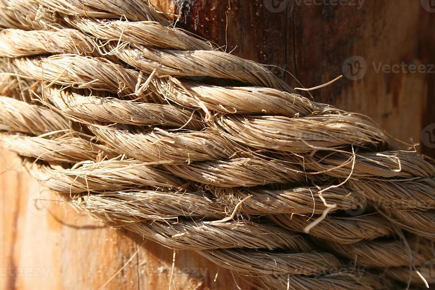 corda su una superficie di legno foto