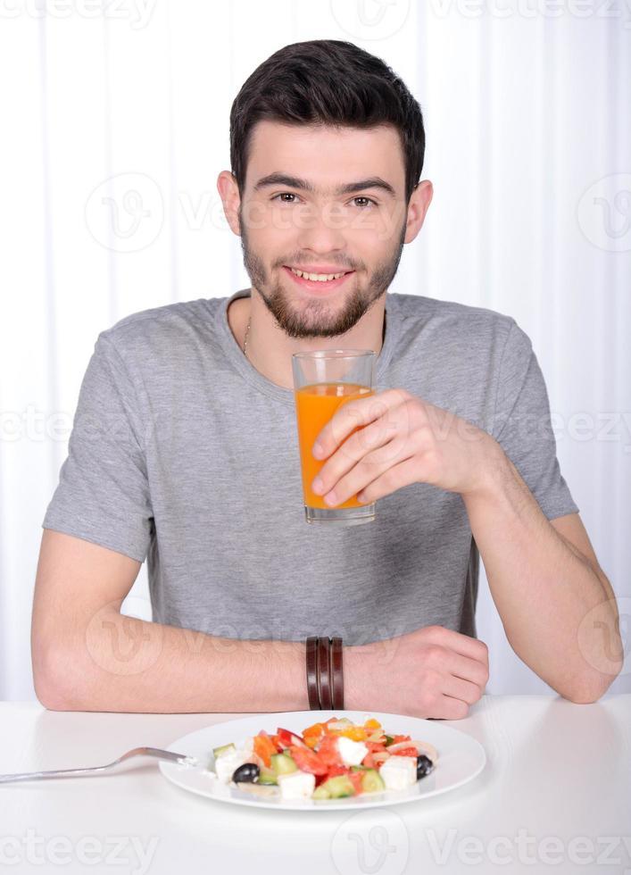 uomo che beve il succo foto