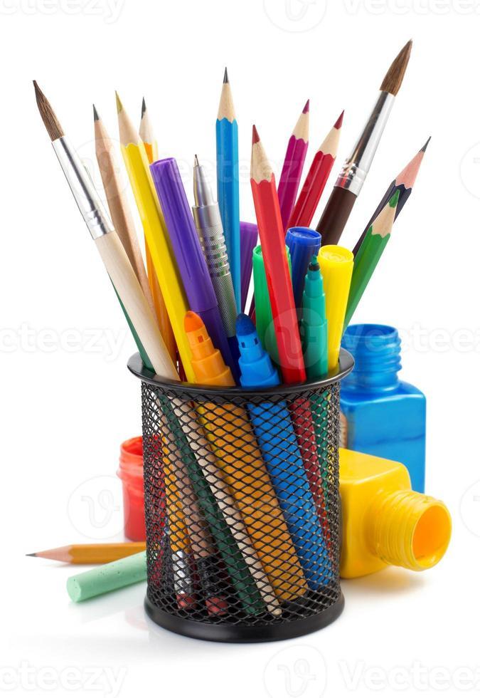 rifornimenti della vernice e cestino del supporto su bianco foto
