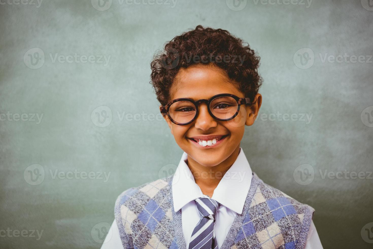 ragazzino sveglio che sorride nell'aula foto