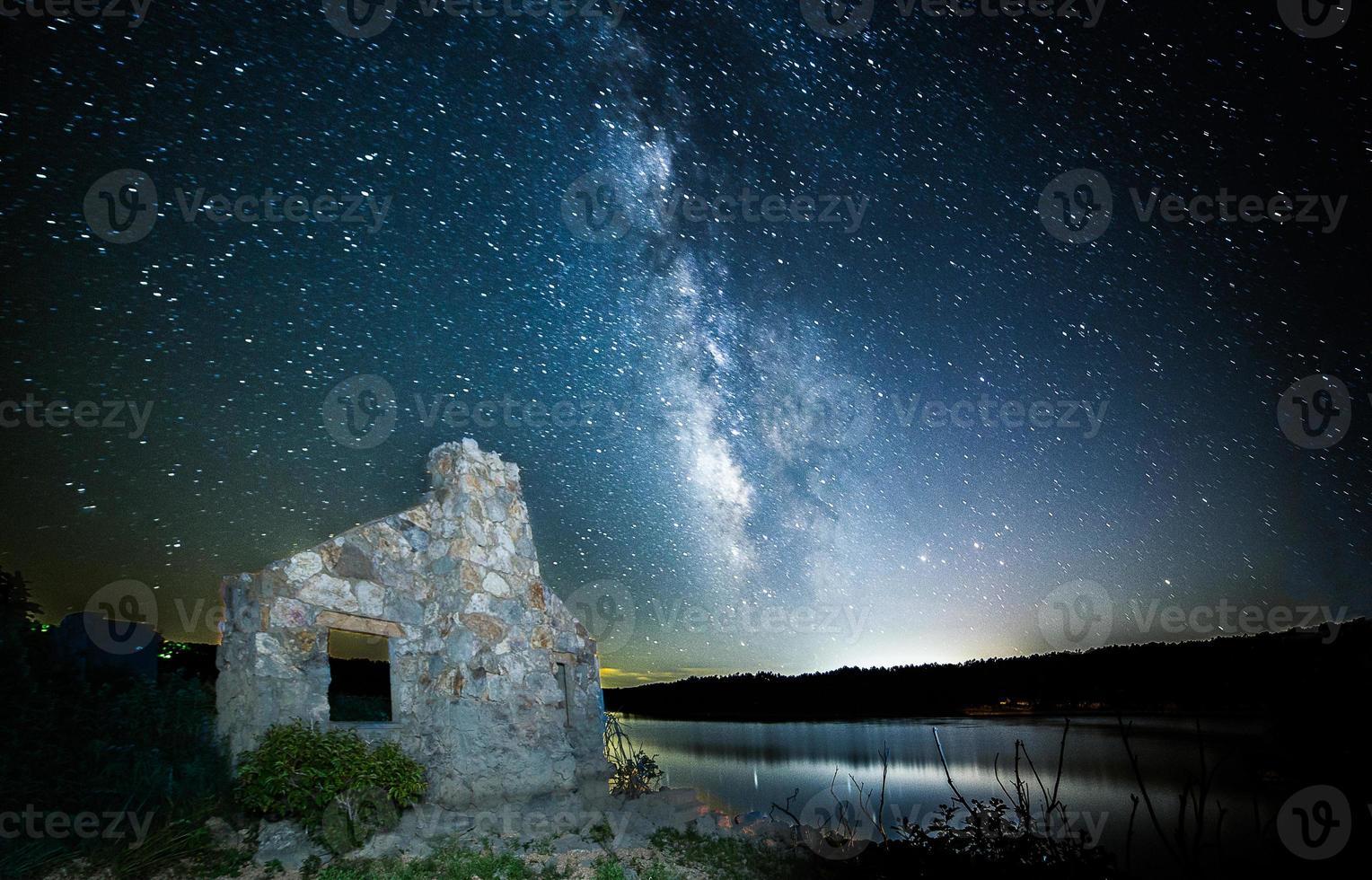 galassia della Via Lattea che brilla luminosa sopra la casa foto