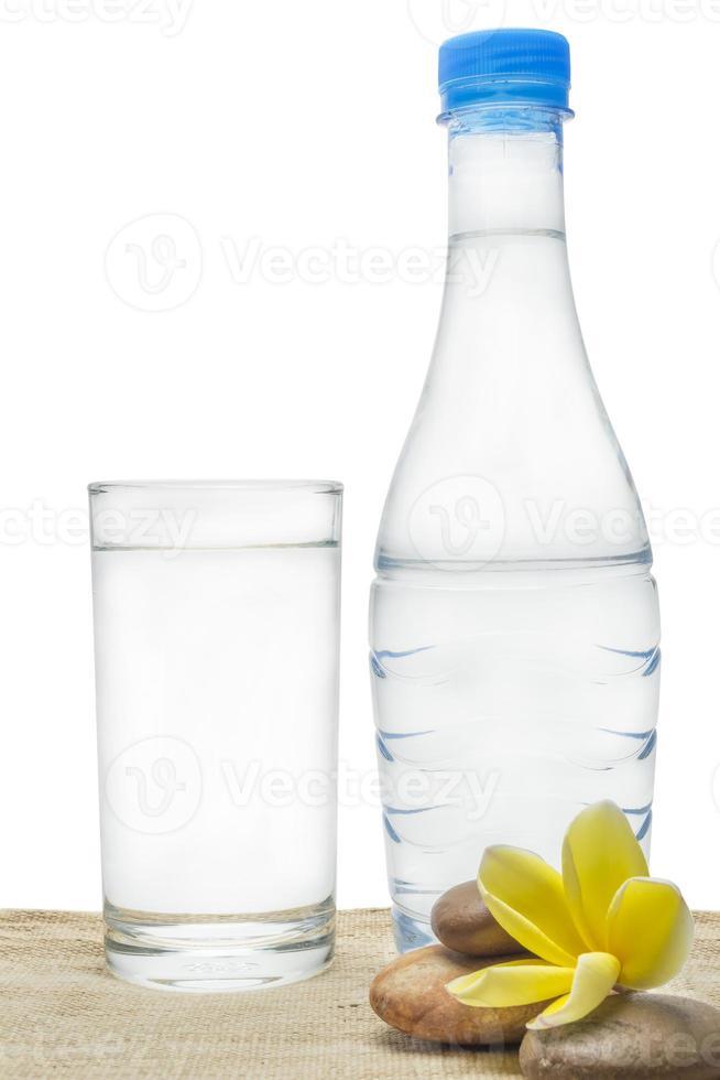 acqua potabile dal bicchiere foto