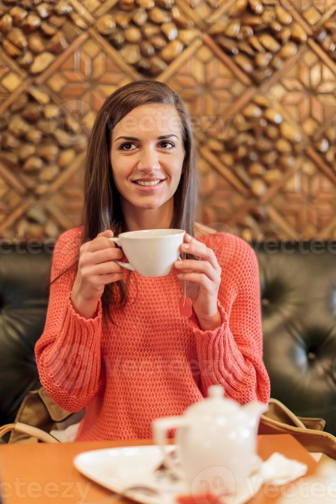 giovane donna che beve il tè foto