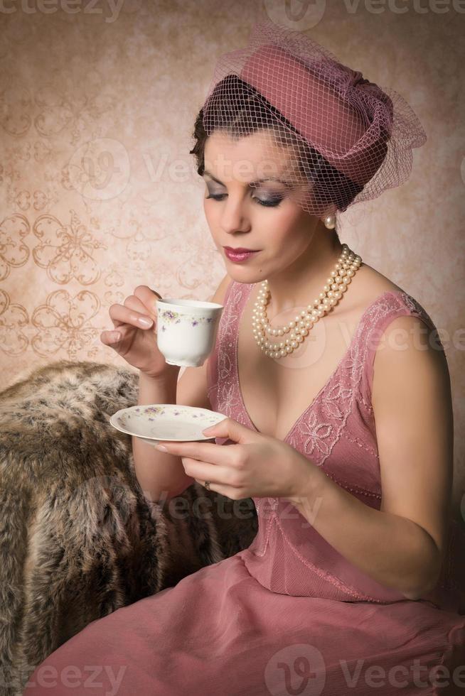 bere il tè in stile gatsby foto