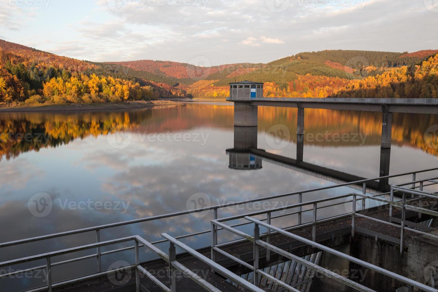 diga di acqua potabile in autunno foto