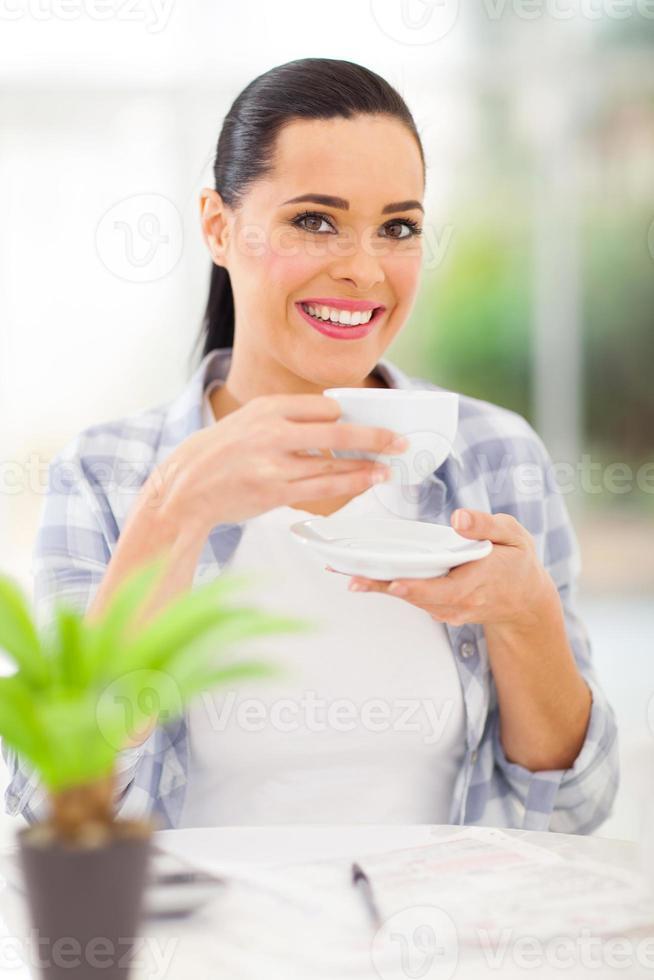 giovane donna adulta, bere il caffè foto