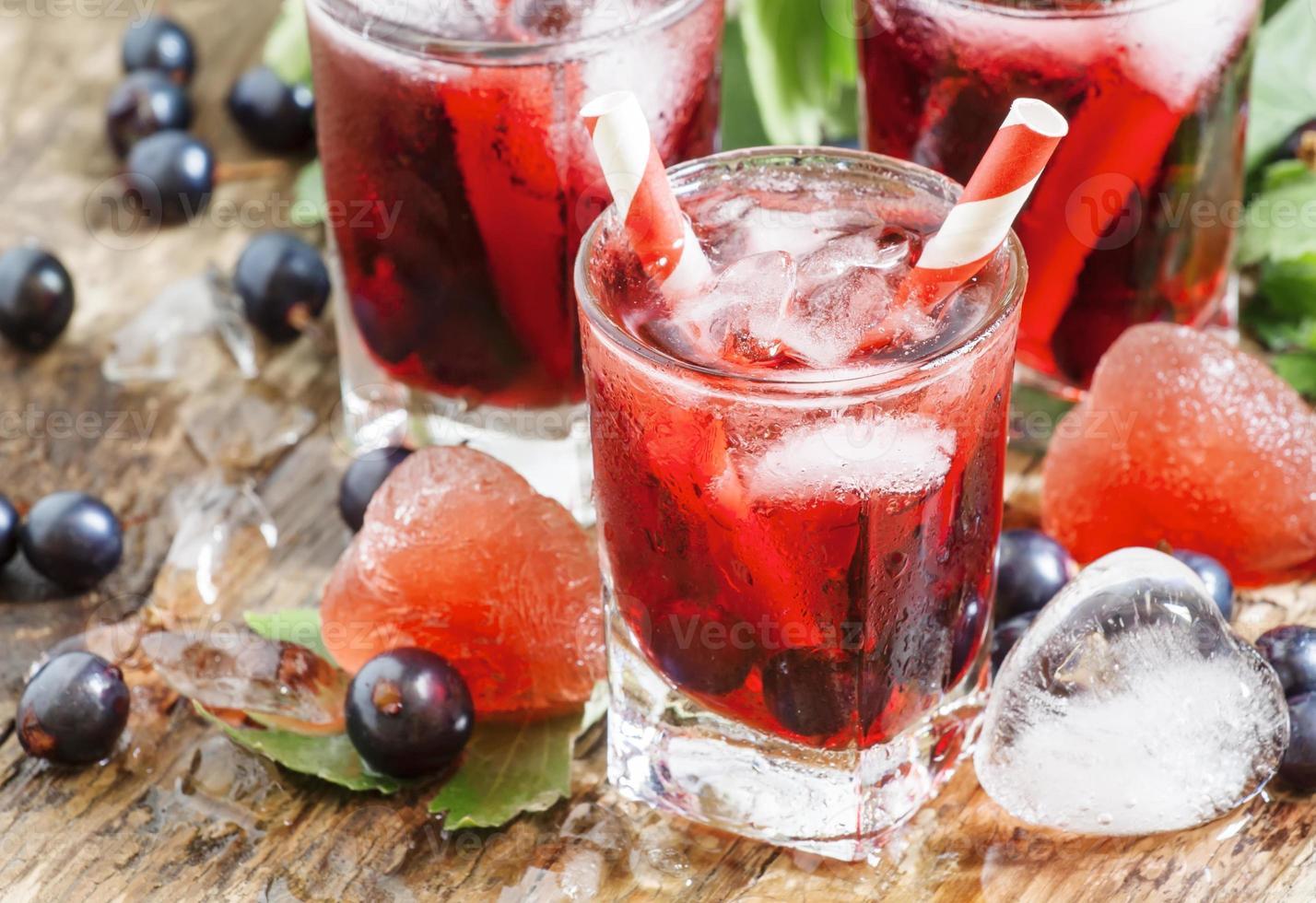 bevanda fresca di ribes nero con frutti di bosco foto