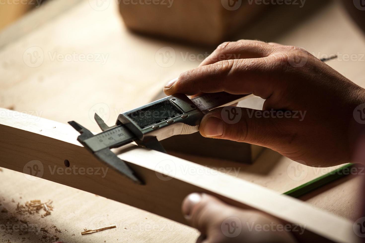 parte della sedia di misurazione carpentiere con pinze elettriche. foto
