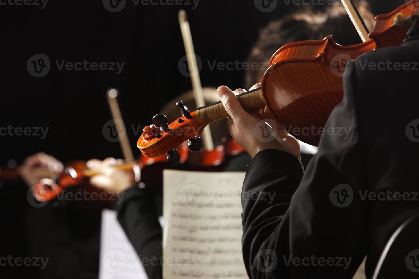 primo piano di violinisti in concerto foto