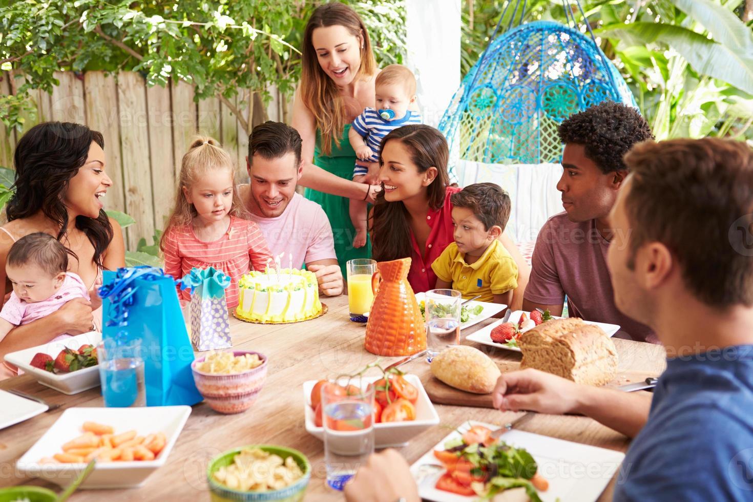 gruppo di famiglie che celebra il compleanno del bambino a casa foto