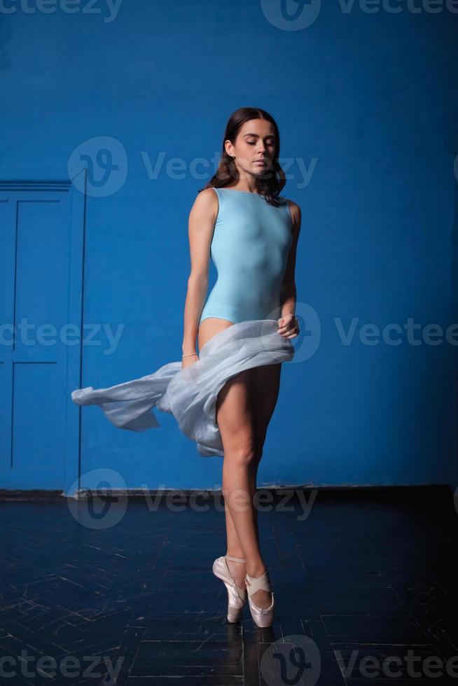 giovane ballerina moderna in posa su sfondo blu foto