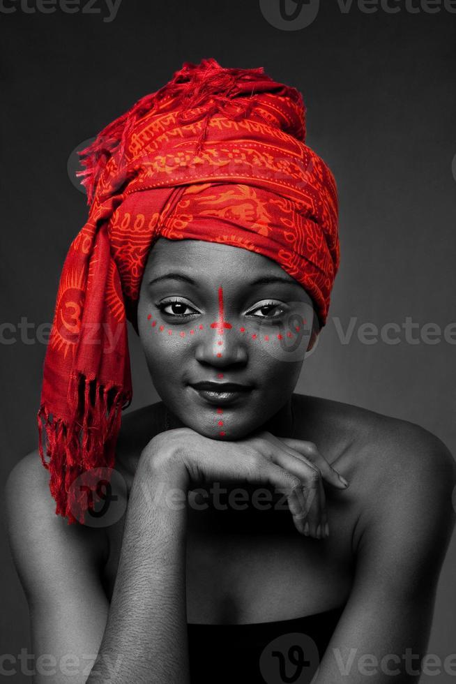 donna tribale africana con headwrap foto