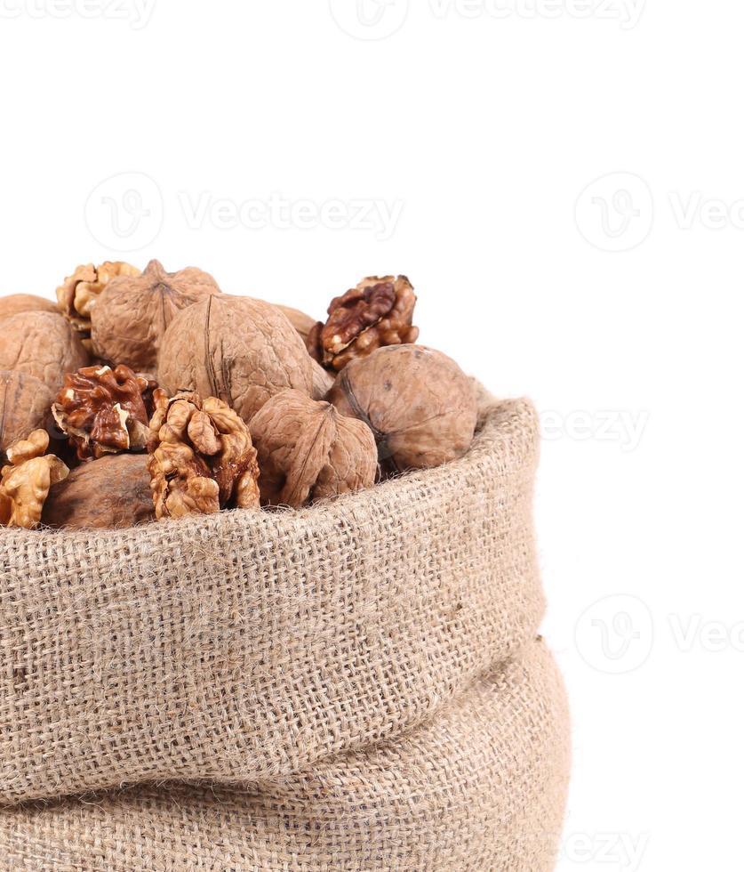 stretta di borsa piena con noci. foto