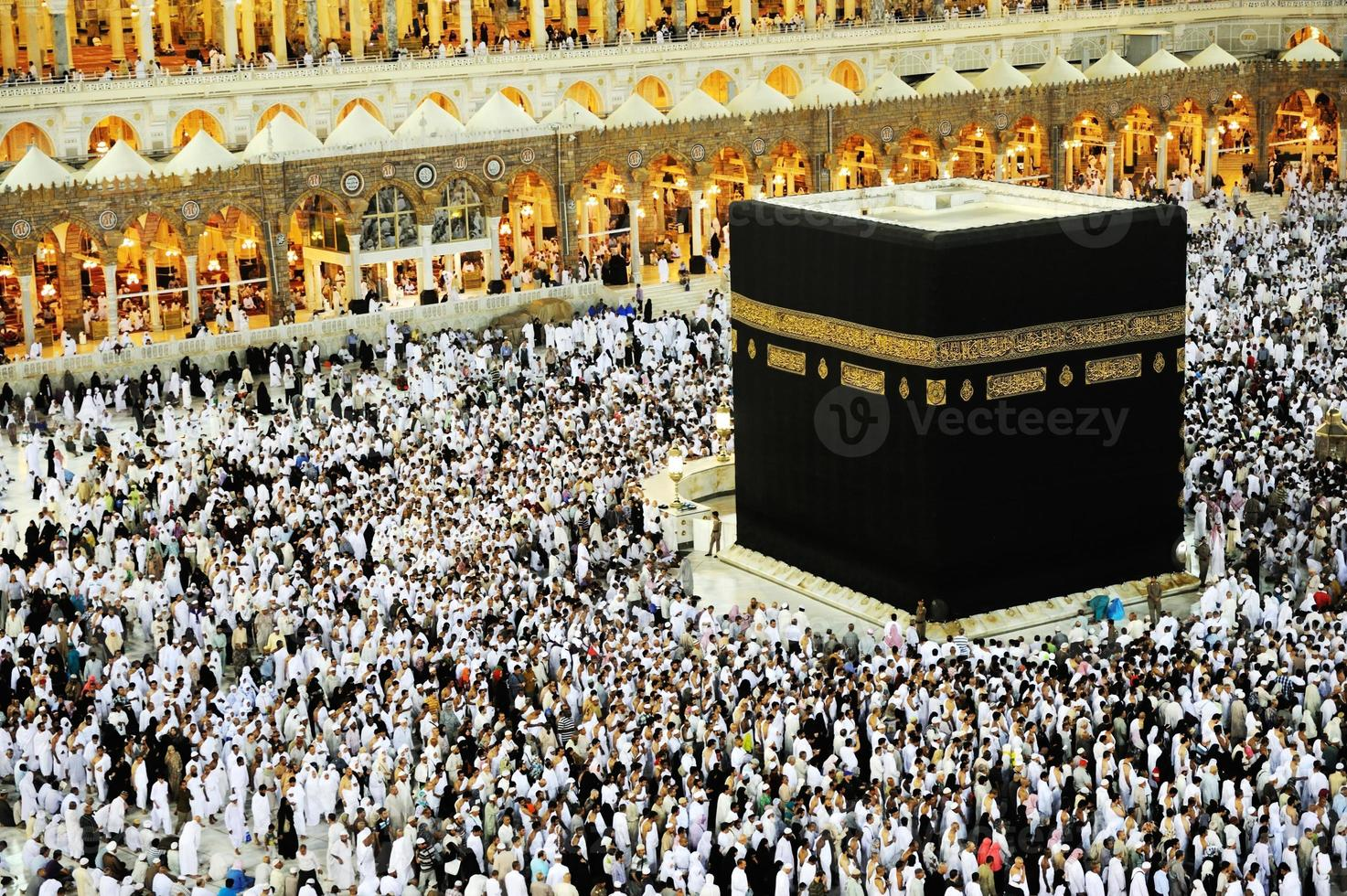 Kaaba alla Mecca, i musulmani pregano insieme nel luogo santo foto