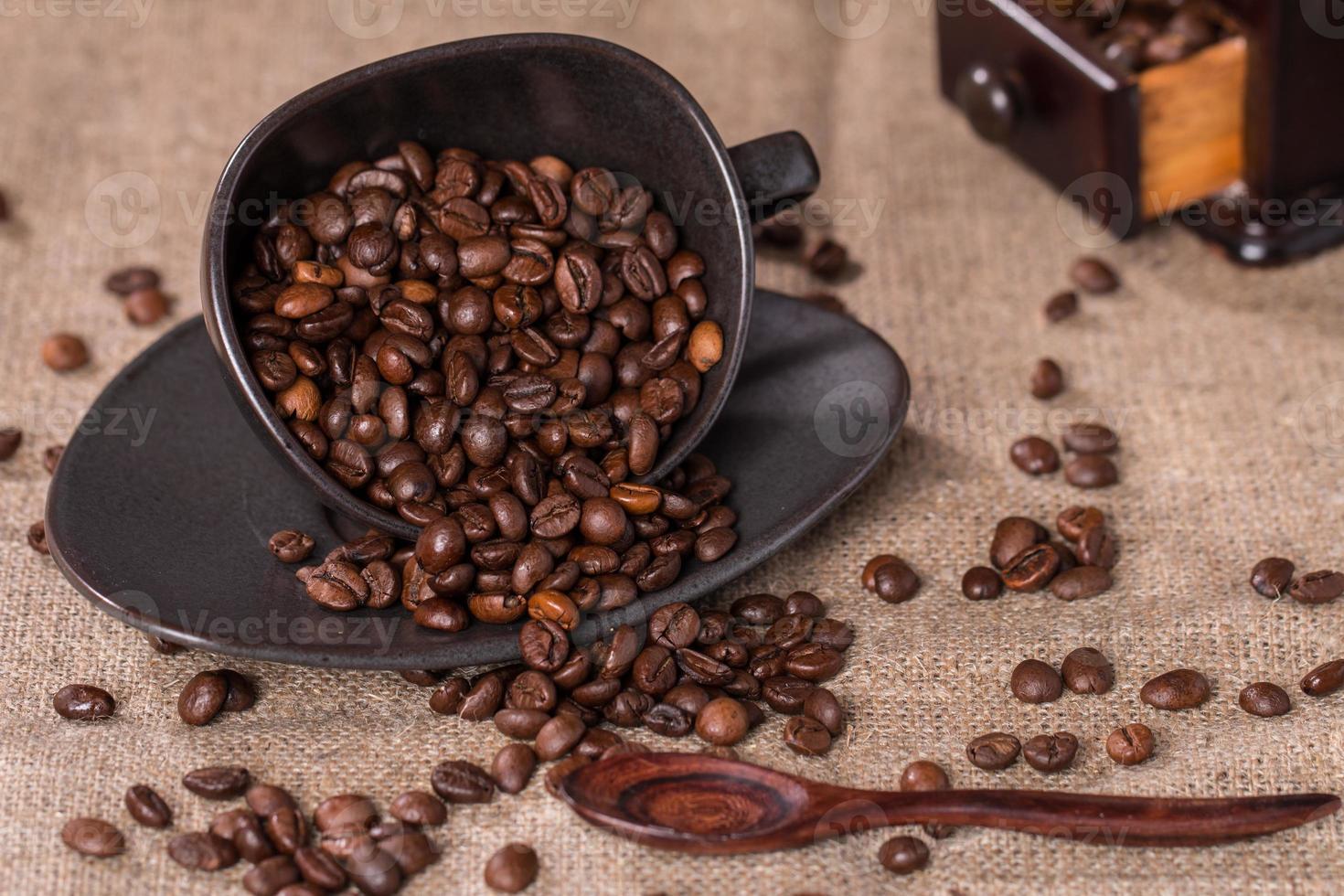 chicchi di caffè in una tazza di caffè vestirono foto