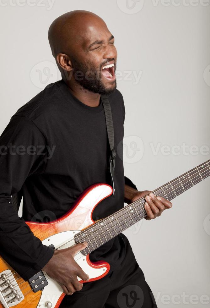 bassista che ottiene il groove foto