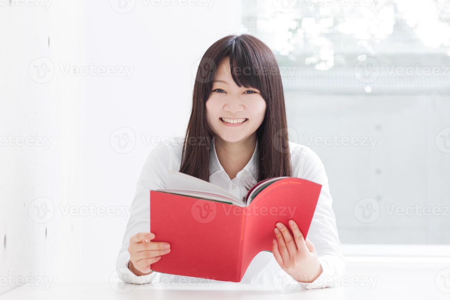 ragazza che legge un libro foto