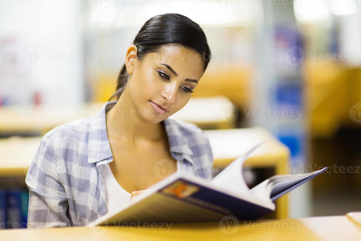 giovane ragazza del college in biblioteca foto