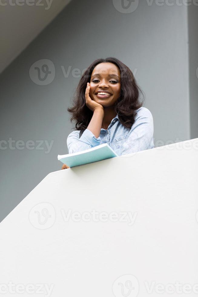 vista dal basso della giovane ragazza del college africano foto