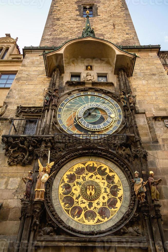 orologio astronomico sul vecchio municipio a Praga foto