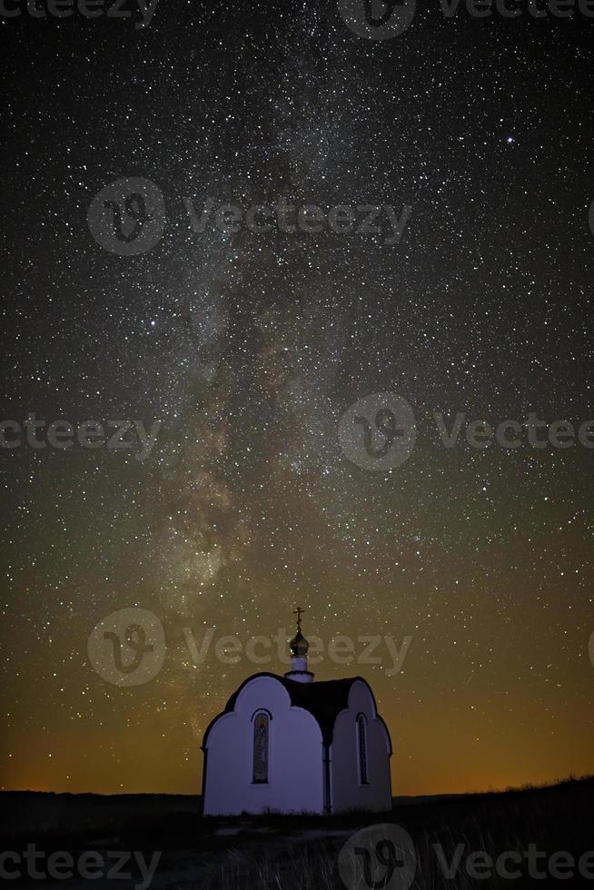 la via lattea sullo sfondo di stelle luminose foto