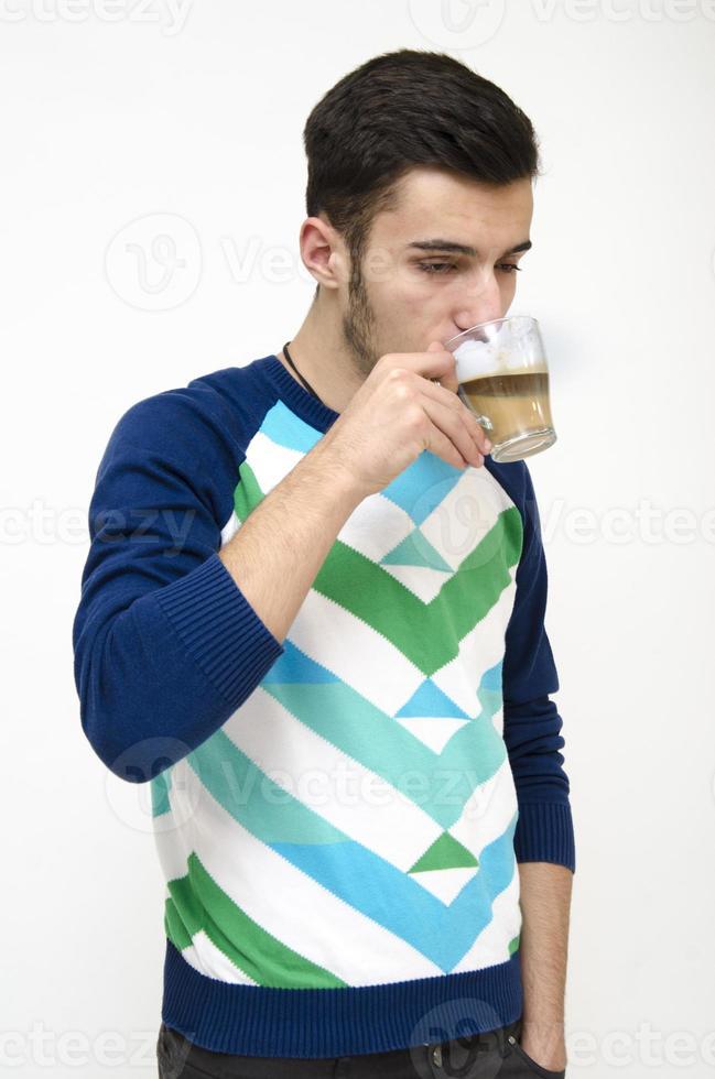 adolescente che beve caffè foto