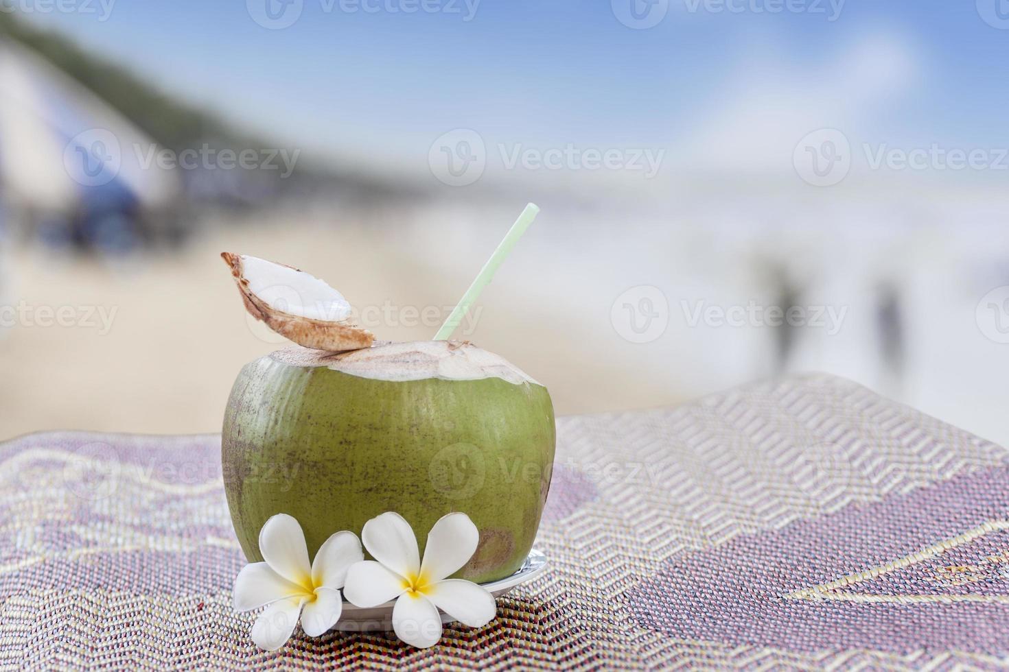 giovane bevanda fresca di cocco foto