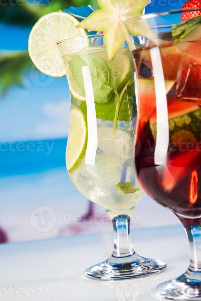 bevande tropicali sulla spiaggia foto
