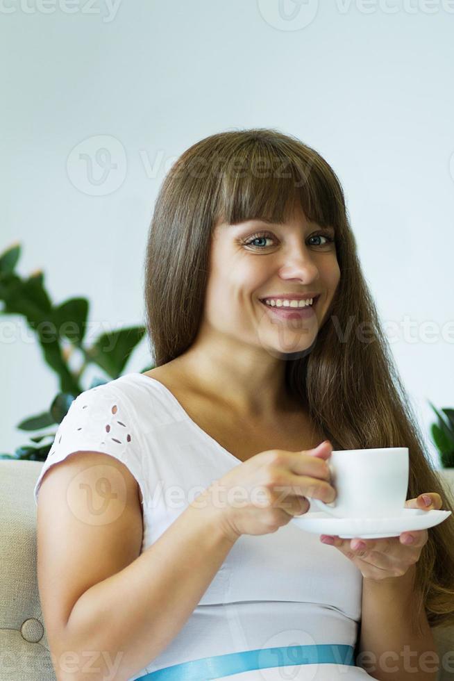 la ragazza beve tè, caffè foto