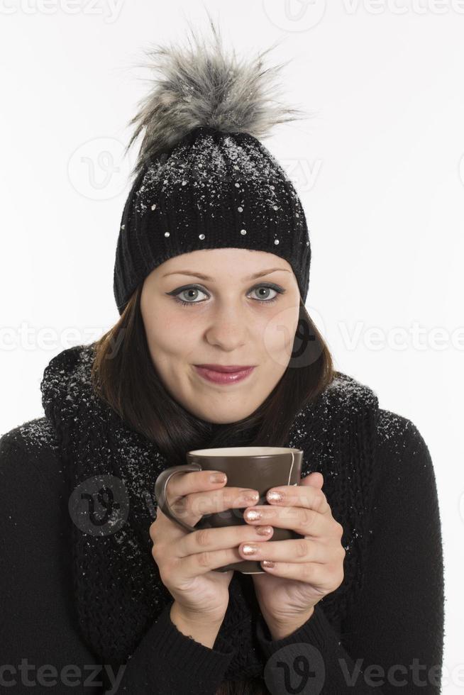 giovane donna con bevanda calda foto