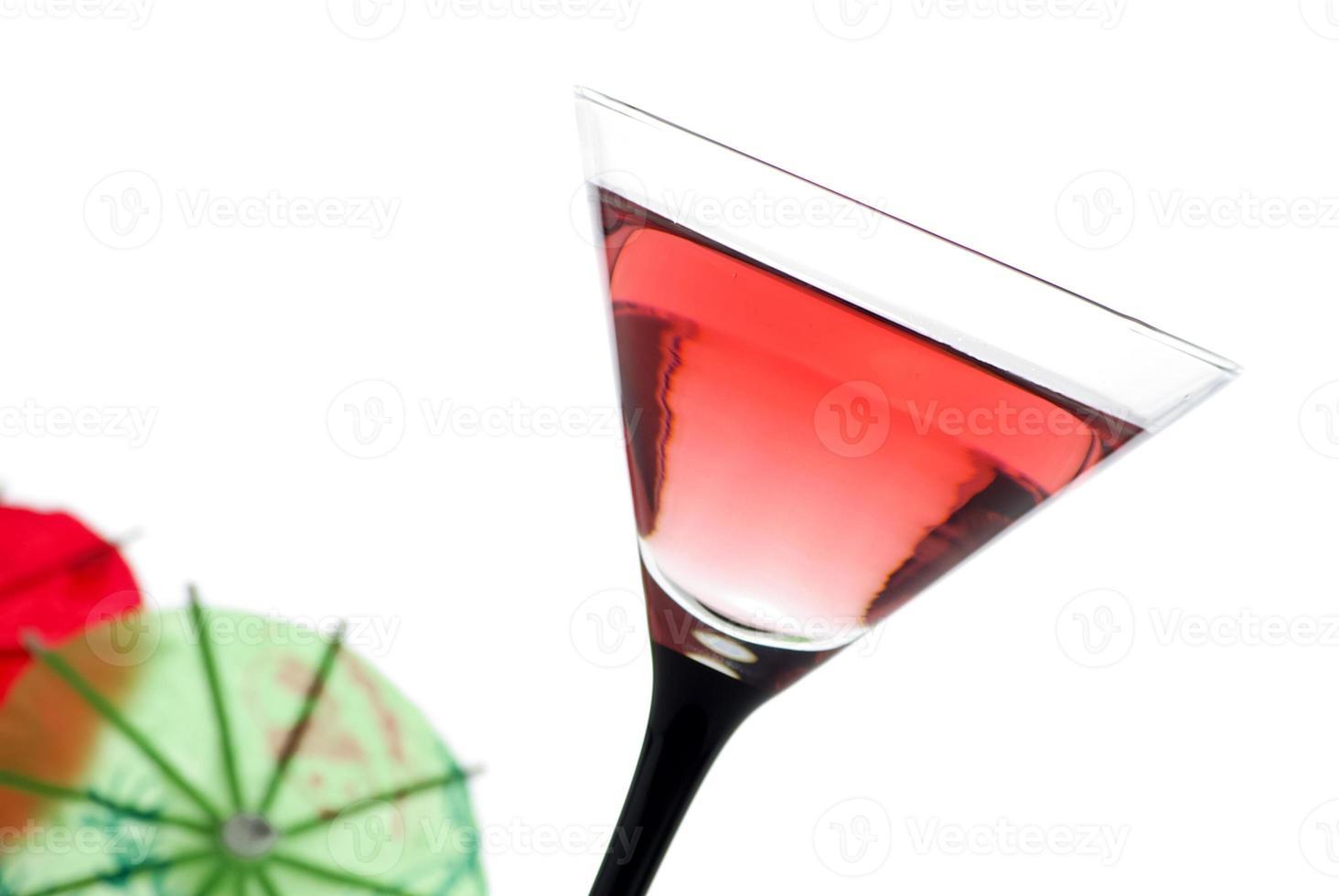 bere con un ombrello da cocktail foto