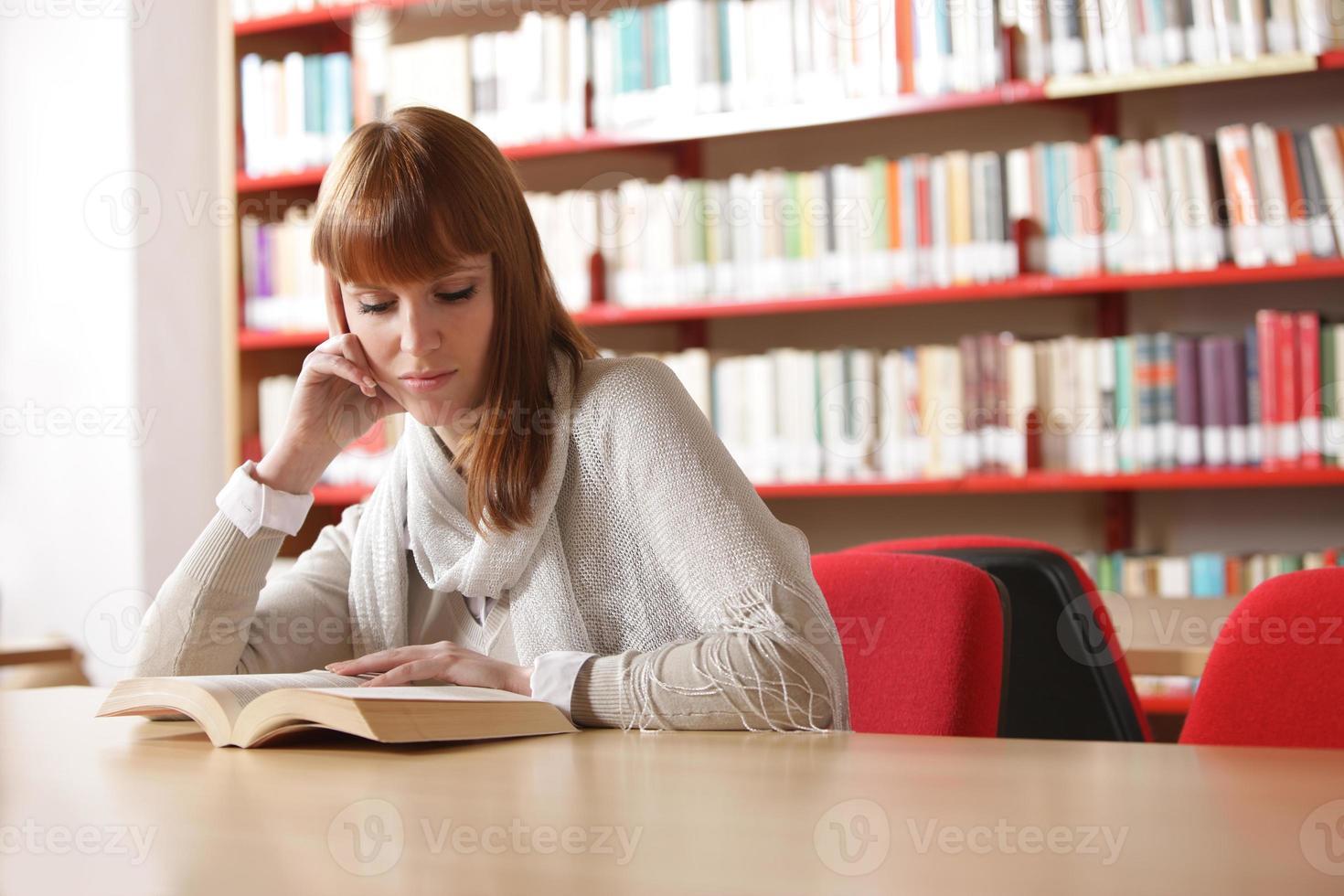 giovane studente in una biblioteca foto