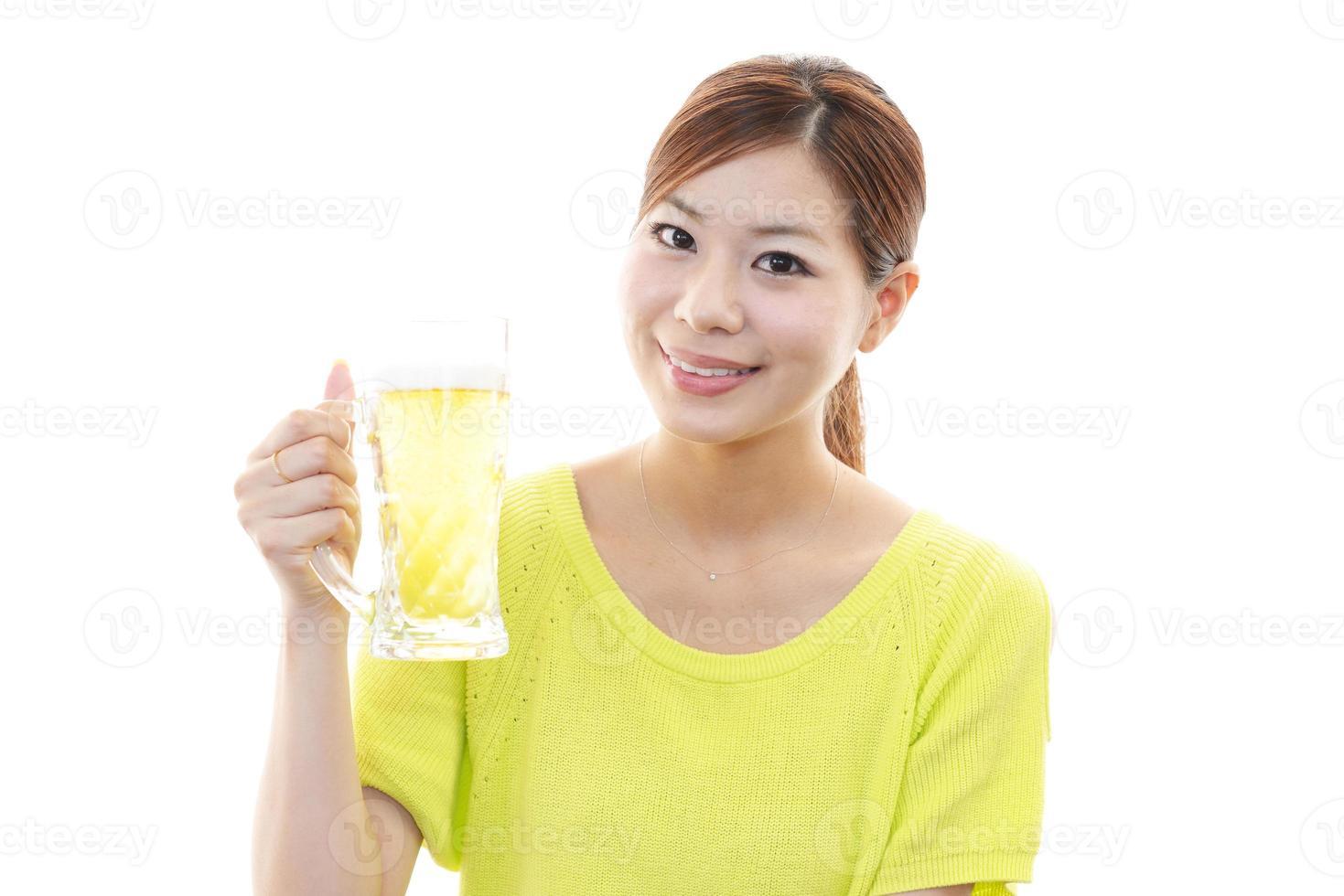 donna che beve birra foto