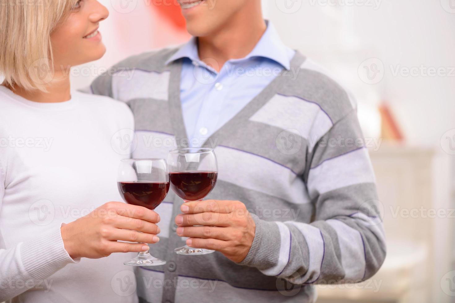 coppia piacevole che beve vino foto