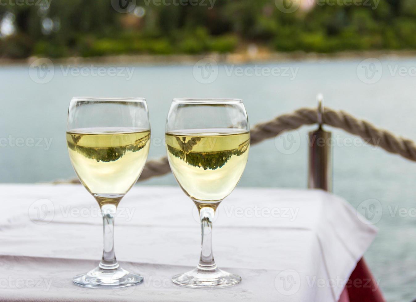 due bicchieri con bevande foto
