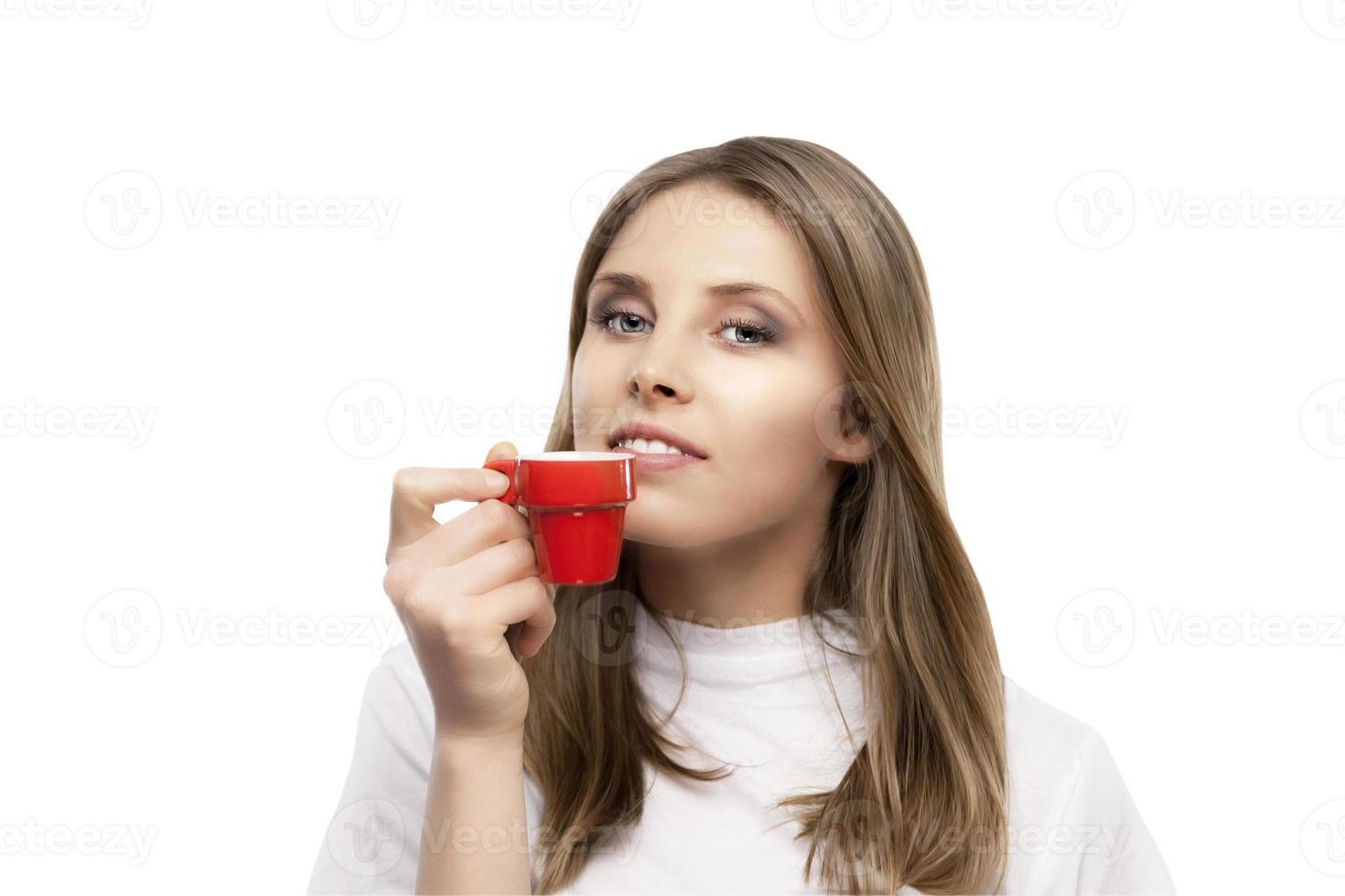 la bella ragazza beve un caffè foto