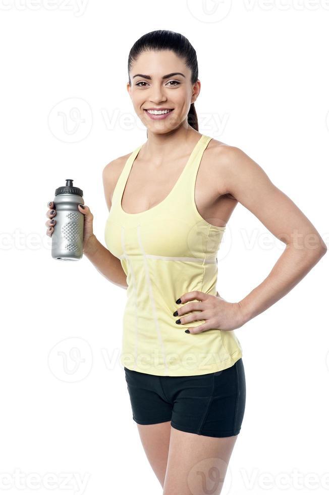 la donna beve l'acqua dopo l'allenamento. foto